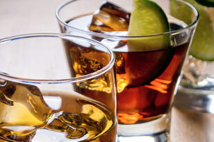 Κορονοϊός: Μείωση στην κατανάλωση αλκοόλ από τους Ελληνες