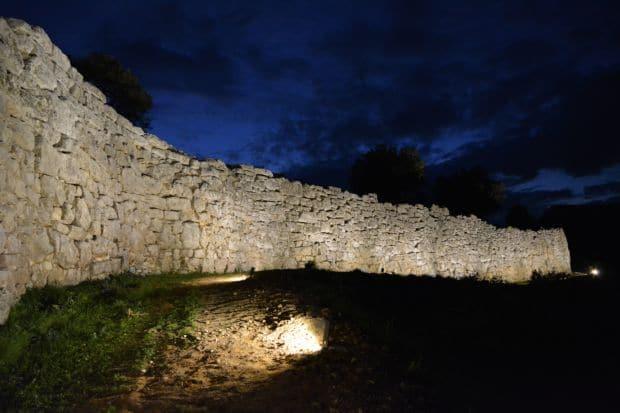 Τείχος των Δυμαίων: Ρίχνουν τους τόνους και χαμηλώνουν τα φώτα!