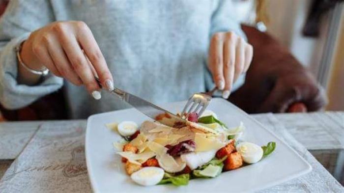 Ζαλάδα μετά το φαγητό: Γιατί συμβαίνει