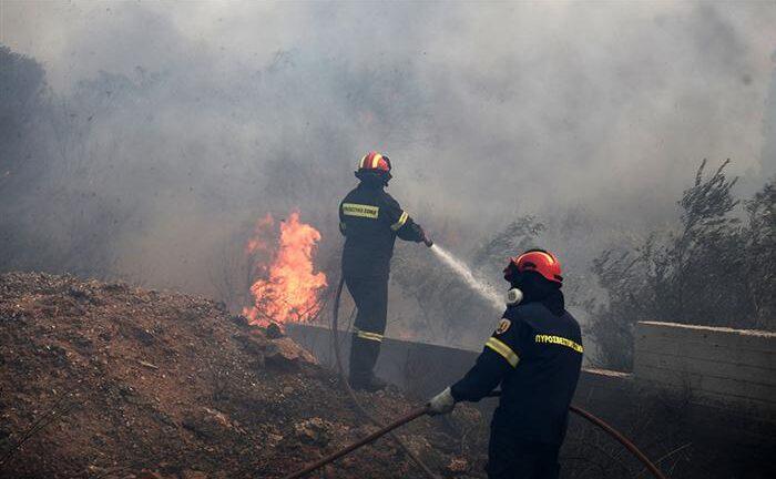 Μεγάλη φωτιά στη Θεσσαλονίκη, σε βαγόνια μέσα στην πόλη