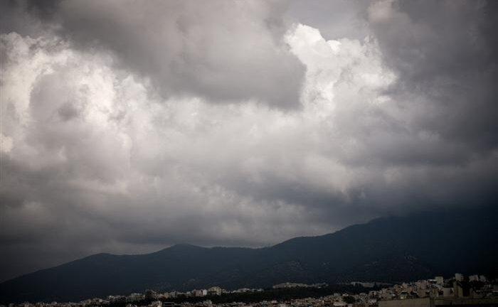 Καιρός: Πέφτει η θερμοκρασία, κακοκαιρία στη Βόρεια Ελλάδα