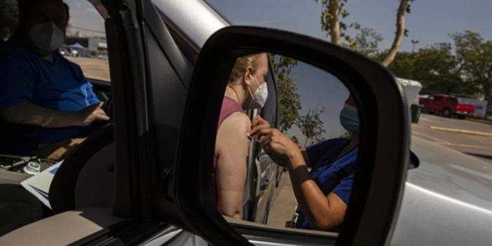 Ιταλία: Εμβολιάζονται καθηγητές εντός του αυτοκινήτου τους