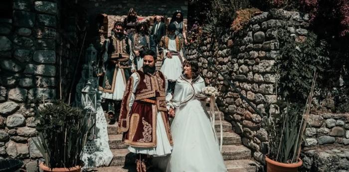 Ζευγάρι σε γάμο, τίμησε τα 200 χρόνια από την Ελληνική Επανάσταση