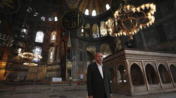 Ερντογάν: Διάβασε στίχους από το κοράνι μέσα στην Αγία Σοφία