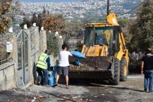 Πάτρα: Συνεργεία του δήμου στα καμμένα καθαρίζουν ότι απέμεινε ΦΩΤΟ