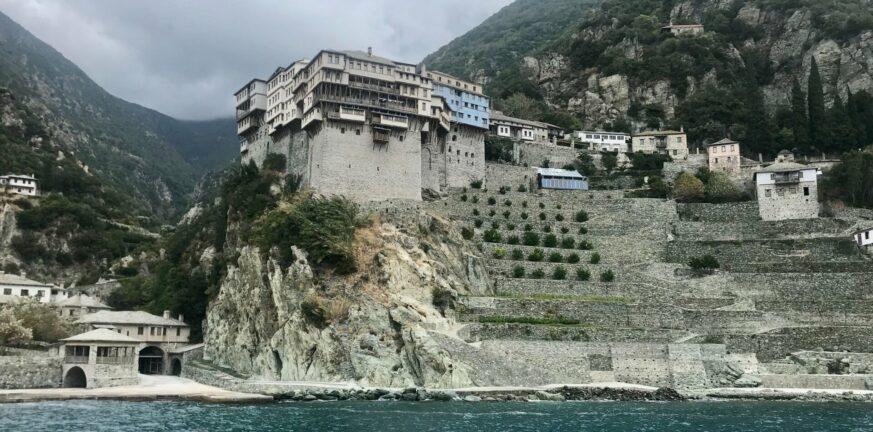 Διασωληνωμένος 49χρονος ανεμβολίαστος μοναχός από το Άγιο Όρος
