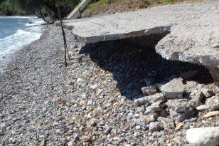 Αιγιάλεια - Ροδοδάφνη: Ακόμα ένα τσιμεντένιο τμήμα κατέρρευσε στην παραλία