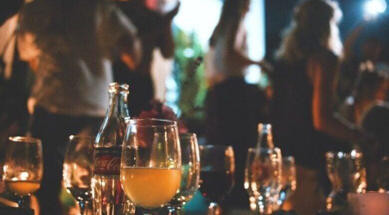 Αγρίνιο: Πρόστιμα και αναστολή λειτουργίας σε τρία μπαρ με όρθιους πελάτες