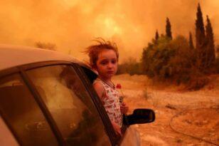 Η ιστορία πίσω από τη viral φωτογραφία της Βαλεντίνας στη φωτιά στην Εύβοια