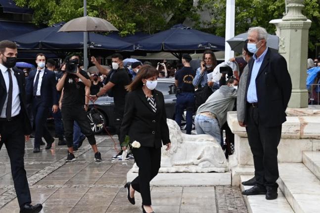 Δάκρυσε η Κατερίνα Σακελλαροπούλου αποχαιρετώντας τον Μίκη Θεοδωράκη