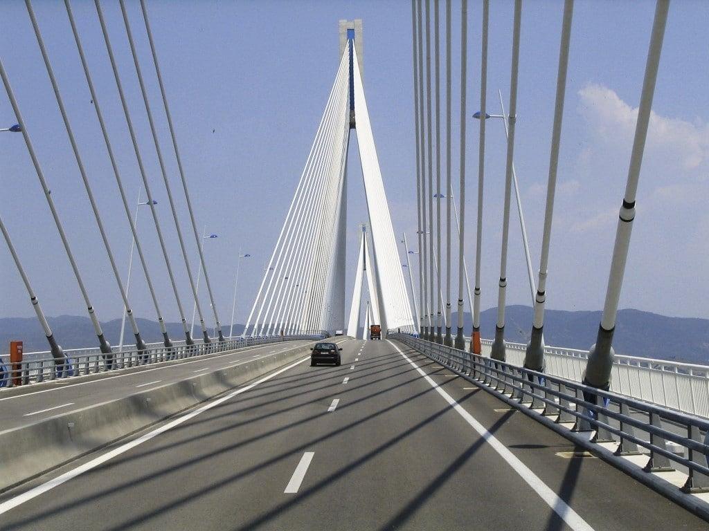 Γέφυρα Ρίου-Αντιρρίου: Γυναίκα ήθελε να κάνει «βουτιά-θανάτου» – Στο σημείο η ΕΛΑΣ