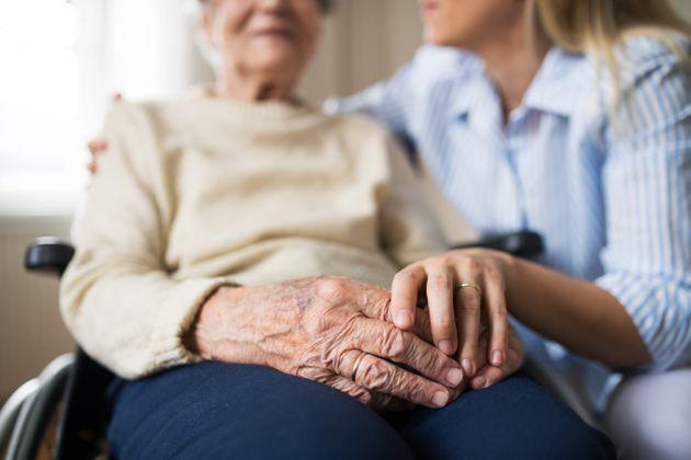Παγκόσμια Ημέρα των Ηλικιωμένων: Ανατροπές στις ζωές του παππού και της γιαγιάς έφερε η πανδημία