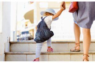 «Νταντάδες της γειτονιάς»: Τι είναι, πώς θα λειτουργούν - Επιδότηση σε εργαζόμενους γονείς για φύλαξη παιδιών