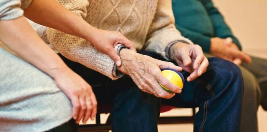 Γυναίκα που πρόσεχε ηλικιωμένο, τον νάρκωσε και του έκλεψε τη σύνταξη