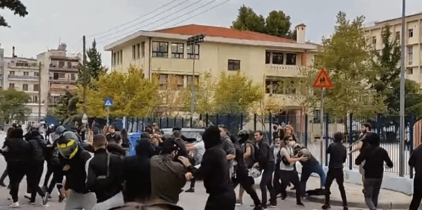 Σοβαρά επεισόδια έξω από λύκειο – Κρανοφόροι επιτέθηκαν σε φοιτητές - ΒΙΝΤΕΟ