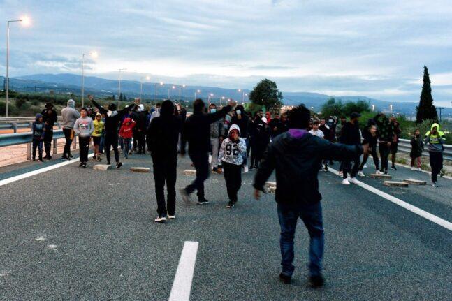 ΤΩΡΑ: Εκλεισε ξανά από αγανακτισμένους Ρομά η Πατρών - Κορίνθου στο Ζευγολατιό