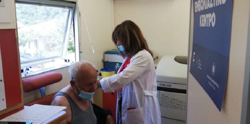 Καρβέλης - «Πάνε οι εμβολιαστές στους κατοίκους και όχι οι κάτοικοι στα εμβολιαστικά»