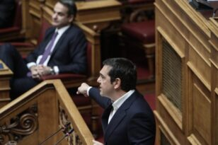Βουλή: Μονομαχία Μητσοτάκη-Τσίπρα με φόντο τους νεκρούς από κορονοϊό