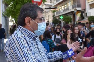 Πελετίδης σε μαθητές και γονείς στο Καστρίτσι: «Είμαστε δίπλα σας»