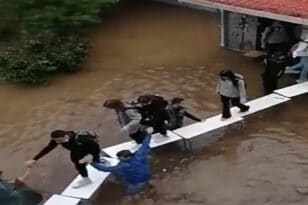 Νέα Φιλαδέλφεια: Μαθητές έφτιαξαν αυτοσχέδια γέφυρα για να βγουν από το Σχολείο (βίντεο)