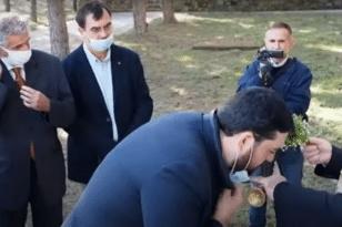 Γρεβενά: Mητροπολίτης κατέβαζε τις μάσκες των επισήμων για να φιλήσουν τον σταυρό - BINTEO