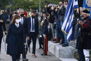 Η Πρόεδρος της Δημοκρατίας στην τελετή έπαρσης της σημαίας στον Λευκό Πύργο