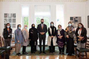 Συνάντηση του Κυριάκου Μητσοτάκη με γυναίκες βουλευτές και δικαστικούς από το Αφγανιστάν