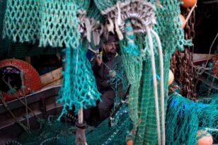 Η Γαλλία κατέσχεσε ένα βρετανικό αλιευτικό - Μαίνεται η κόντρα για τα αλιευτικά δικαιώματα