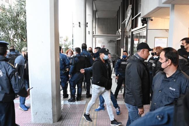 Πέραμα: Στα δικαστήρια οι 7 αστυνομικοί που συμμετείχαν στην καταδίωξη - Με χειροκροτήματα και συνθήματα - ΦΩΤΟ