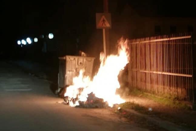 Φωτιές και κλείσιμο δρόμου και στο Αιτωλικό για τον θάνατο του 20χρονου στο Πέραμα -ΦΩΤΟ