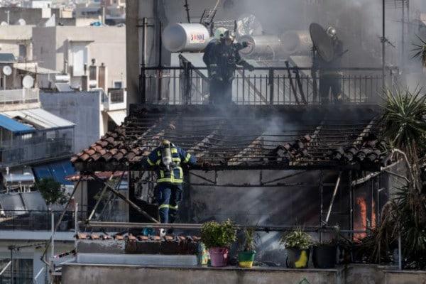 Φωτιά σε πολυκατοικία- Βίντεο ντοκουμέντο με ένοικο που προσπαθεί να γλιτώσει από τις φλόγες