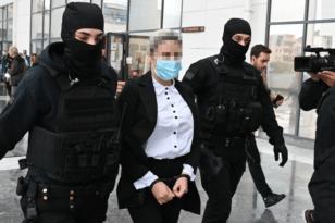 Επίθεση με βιτριόλι: Έφτασε στο δικαστήριο η κατηγορούμενη, Έφη Κακαράντζουλα