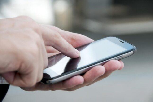 Κινητή τηλεφωνία: Μείωση τελών στο 10% και πλήρη κατάργηση για νέους μέχρι 29 ετών