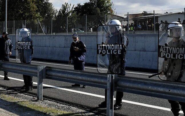 Νέα προσπάθεια των Ρομά να κλείσουν την Κορίνθου-Πατρών στο Ζευγολατιού - Aπέκλεισαν τη σιδηροδρομική γραμμή