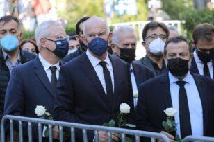 Φώφη Γεννηματά: Με λευκά τριαντάφυλλα οι βουλευτές του ΚΙΝΑΛ στη Μητρόπολη - ΦΩΤΟ