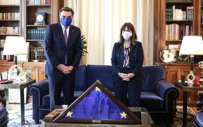 Στην Πρόεδρο της Δημοκρατίας η σημαία της ΕΕ που τιμητικά υψώθηκε στην Ακρόπολη στις 9 Μαΐου