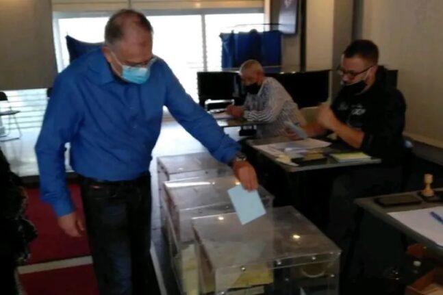 Εσωκομματικές εκλογές ΝΔ: Στη Νέα Σμύρνη ψήφισε ο Τάκης Θεοδωρικάκος