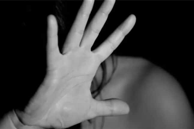 Καταγγελία από 36χρονη για ομαδικό βιασμό και εξαναγκασμό σε ανταλλαγή συντρόφων από τον 53χρονο σύντροφό της