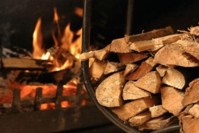 Στα ξύλα στρέφονται οι καταναλωτές για να ζεσταθούν - Που κυμαίνονται οι τιμές ΒΙΝΤΕΟ
